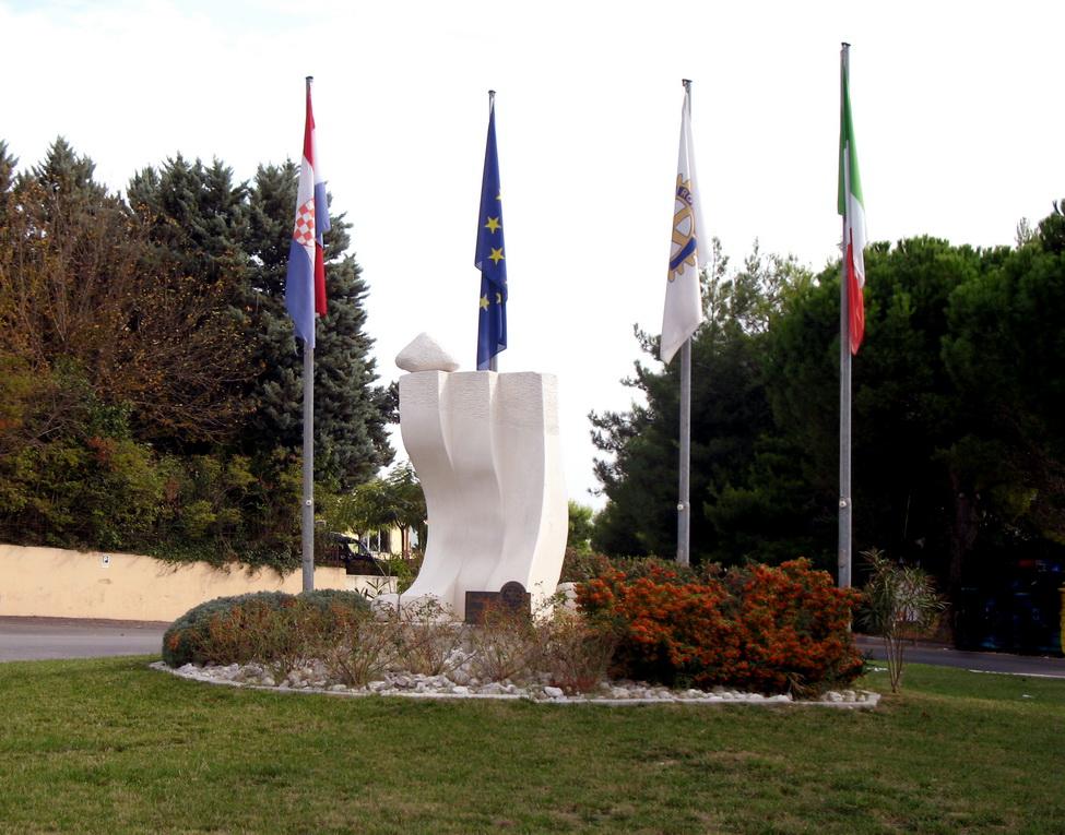 Scultura del RC Brac, per il Centenario, posizionata ad Osimo